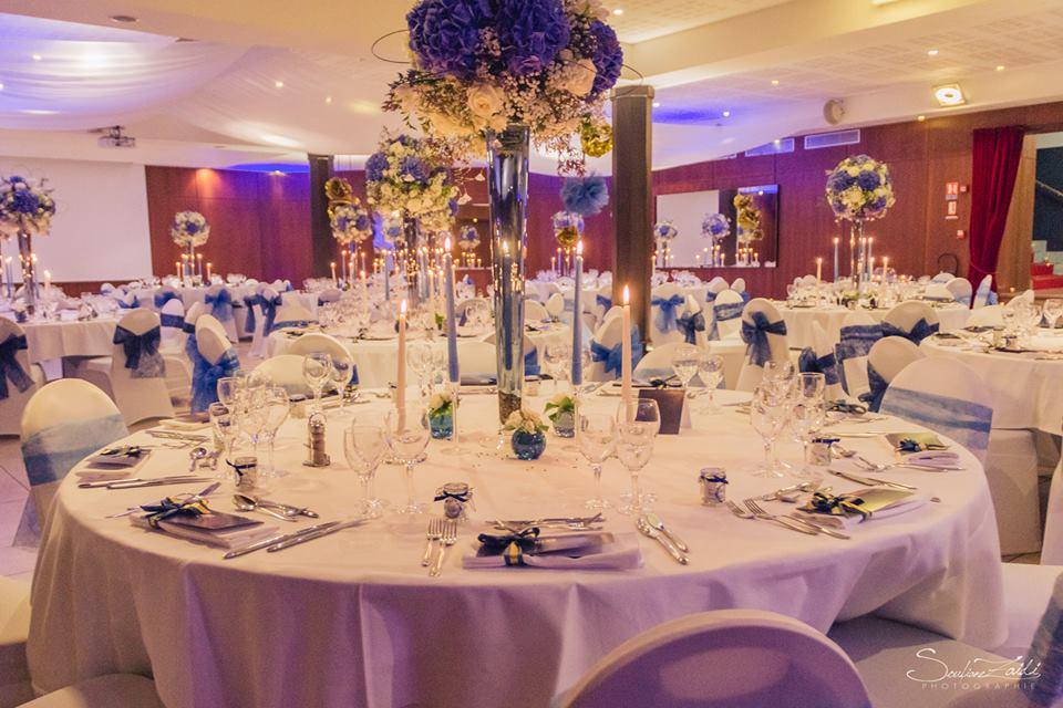 Belle decoration de table de mariage - pas kitch - mariage bleu et or