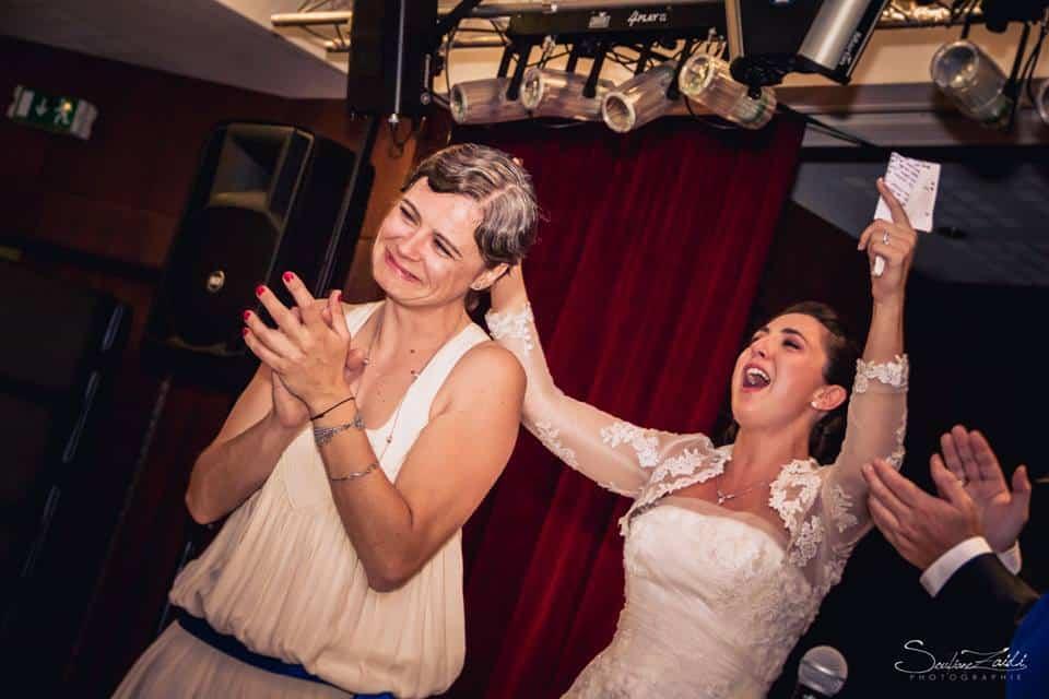 La mariée remercie sa décoratrice