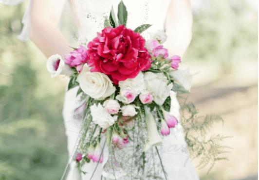 Decoration de mariage elegant - bouquet de mariée en cascade pivoine calas freesia