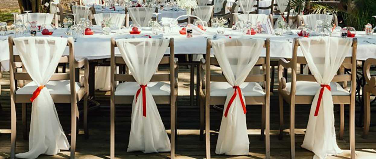 Decoration mariage elegant - Drapé en étamine, ruban rouge