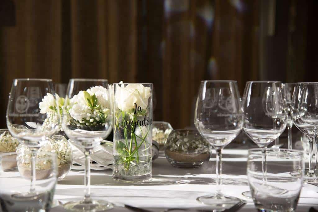 deco-de-table-mariage-blanc-sable-rose-blanche-gypsophile