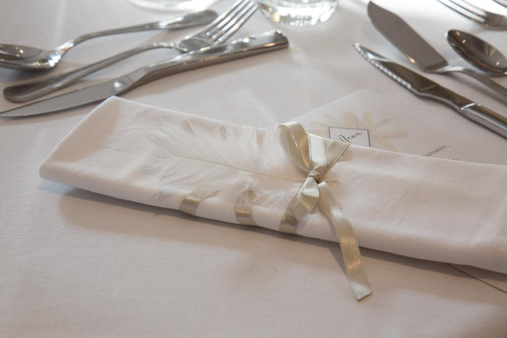 noeud-de-serviette-mariage-ruban-et-plume-blanc